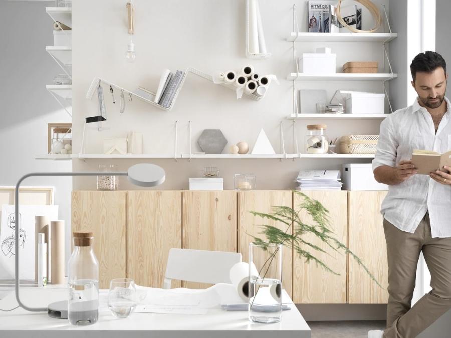 Domowe biuro z sosnowymi szafkami Ivar Ikea.
