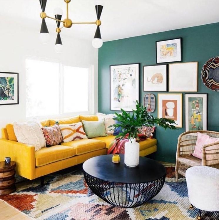 Aranżacja salonu z żółtą kanapą.