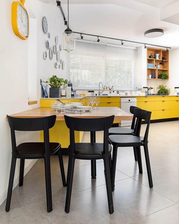 Żółte meble kuchenne i żółte dodatki do kuchni.