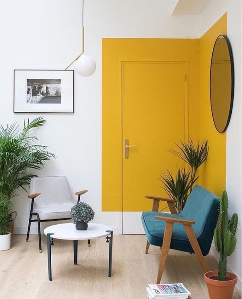 Żółte drzwi oraz fragment ściany - pomysł na aranżację pokoju.