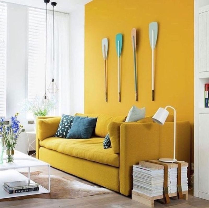 Żółty salon - żółta kanapa i ściana.